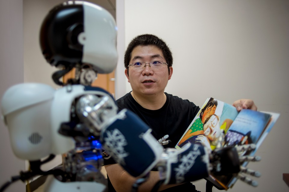 photo of Yi Zang with robot